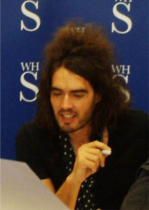Handarbeiter Russell Brand. Foto: @ WH Smiths Leeds Flickr.com