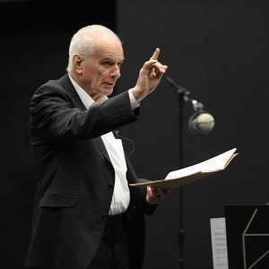 Peter Maxwell Davies dirigiert eines seiner Werke (University of Salford Press Office, 29.3.2012, CC-Liz.).